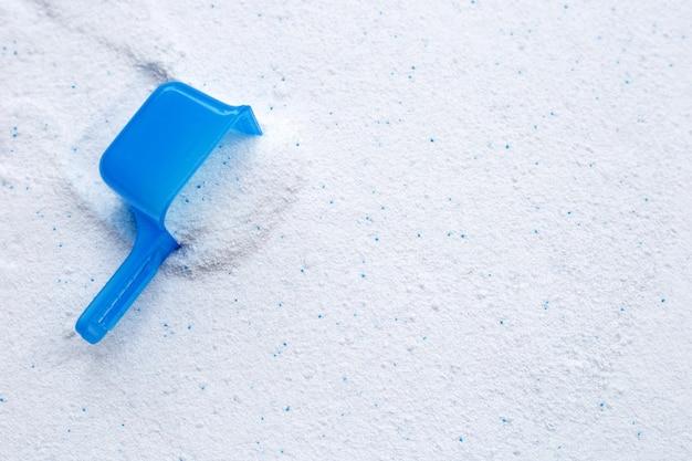 Wasmiddelpoeder met maatlepel voor het wassen van kleding. wasserij concept.