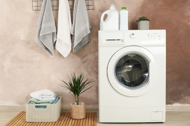 Wasruimte met wasmachine tegen bruine muur
