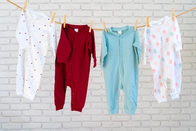Wassen van babykleding vastgemaakt aan een touw om te drogen