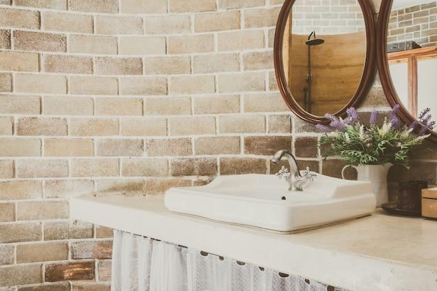 Wastafel met planten en spiegels