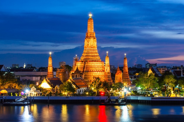 Wat arun boeddhistische religieuze plaatsen in de schemering
