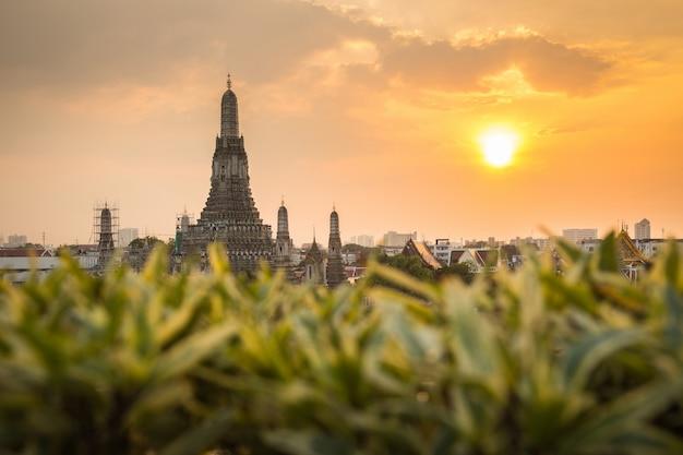 Wat arun buddhist-religieuze plaatsen in zonsondergangtijd, bangkok, thailand
