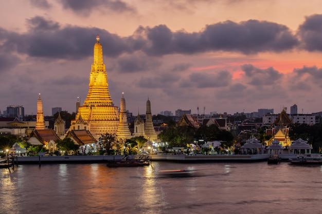 Wat arun de tempel van de nachtmening in bangkok, thailand