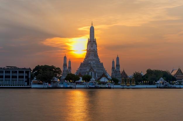 Wat arun ratchawararam ratchawaramahawihan of wat arun betekenis tempel van de dageraad op de chao phraya rivier bij zonsondergang, bangkok, thailand