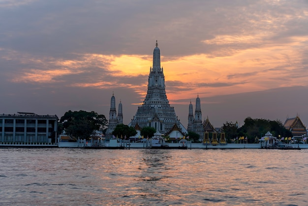 Wat arun ratchawararam ratchawaramahawihan of wat arun betekenis tempel van de dageraad op de chao phraya rivier in schemering, bangkok, thailand