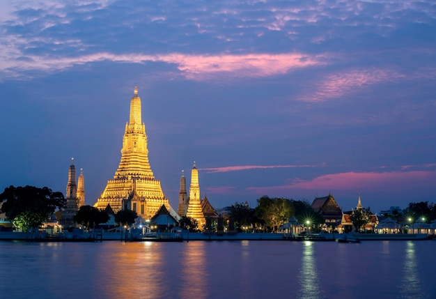 Wat arun ratchawararam ratchawaramahawihan of wat arun betekenis tempel van de dageraad op de chao phraya rivier in schemering met het licht aan, bangkok, thailand