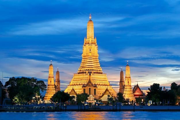 Wat arun ratchawararam ratchawaramahawihan tempel van de dageraad bij zonsondergang bangkok, thailand