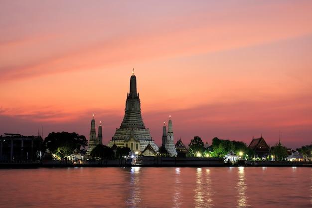 Wat arun ratchawararam temple of dawn bij zonsondergangoriëntatiepunt van bangkok