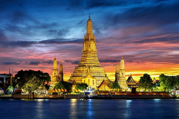 Wat arun-tempel bij schemering in bangkok, thailand.