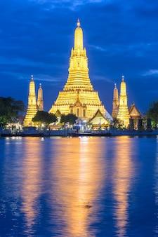 Wat arun (tempel van de dageraad) en de chao phraya-rivier
