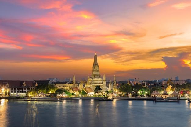 Wat arun temple bij zonsondergang in bangkok thailand. wat arun