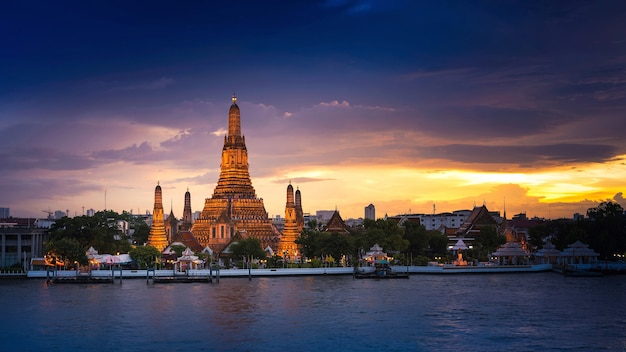 Wat arun temple of tempel van daw bij zonsondergang in bangkok thailand