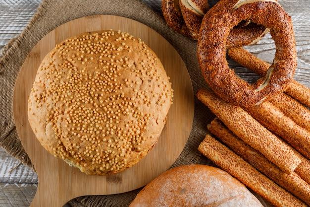 Wat cake met turks bagel in een scherpe raad op houten oppervlakte, hoogste mening.