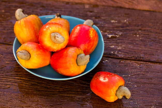 Wat cashewfruit over een houten oppervlakte.