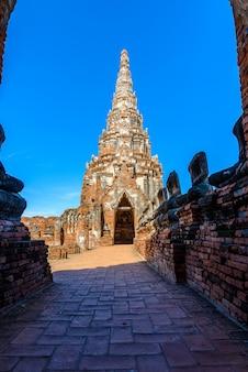 Wat chai watthanaram gebouwd door koning prasat tong met zijn voornaamste prang die de berg vertegenwoordigt