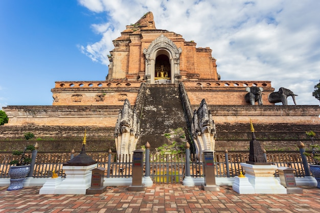 Wat chedi luang is een prachtige oude tempel in chiang mai, in de provincie chiag mai, thailand