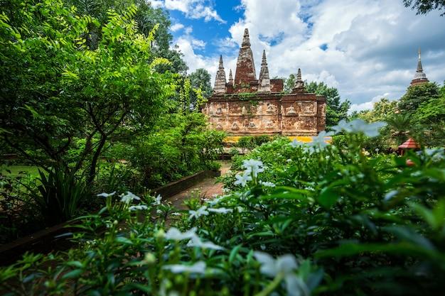 Wat chet yot, zeven pagodetempel in chiang mai, thailand met avond, tempel in chiang m