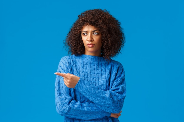 Wat een grap. ontevreden en terughoudend afro-amerikaanse vrouw met afro kapsel gehinderd
