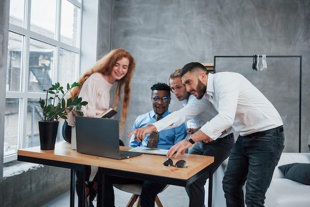 Wat een ongelooflijke resultaten. groep multiraciale kantoormedewerkers in formele kleding praten over taken en plannen