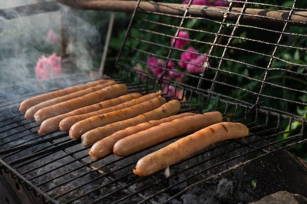 Wat gebakken worstjes op het grillrooster