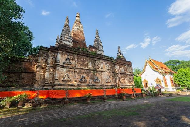 Wat jed yod, mooie oude tempel in het noorden van thailand in de provincie chiang mai, thailand