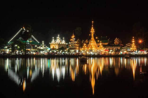 Wat jong klang in donkere nacht en reflectie in maehongson, provincie ten noorden van thailand