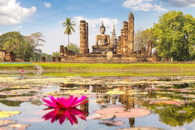 Wat mahathat-tempel in het historische park van sukhothai, thailand