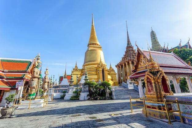 Wat phra kaew en grand palace in zonnige dag, bangkok, thailand