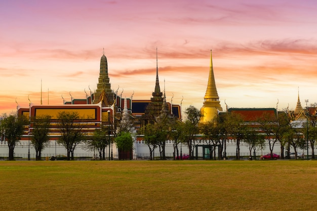 Wat phra kaew en grand palace in zonsopgangtijd, bangkok, thailand