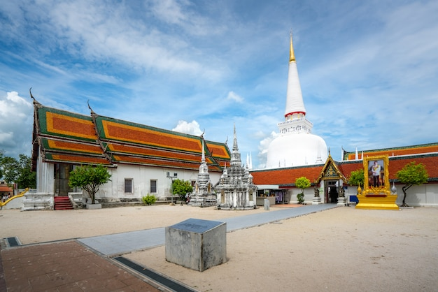 Wat phra mahathat woramahawihan met mooie hemel in nakhon si thammarat in thailand.