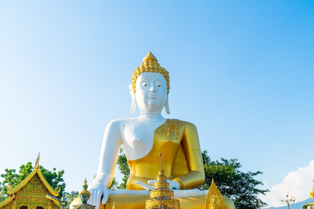 Wat phra that doi kham (tempel van de gouden berg) in chiang mai, thailand