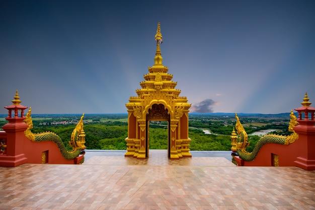 Wat phra that doi phra shan is een andere prachtige tempel in het mae tha-district, de provincie lampang, de tempel bevindt zich op de top van doi phra shan. ongeziene thaise tempels in thailand.