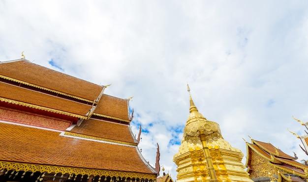 Wat phra that doi suthep de in 1385 gestichte tempel is een belangrijke toeristische trekpleister in chiang mai