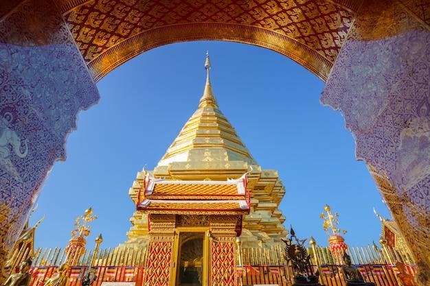 Wat phra that doi suthep pagoda beroemdste tempel in chiang mai, thailand. een oude tempel versierd met prachtig gesneden goudsnijwerk