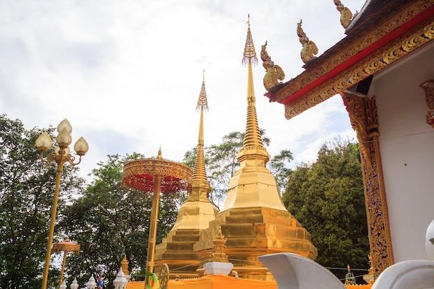 Wat phra that doi tung-tempel met openbaar domein heeft twee gouden pagodes met boeddha '