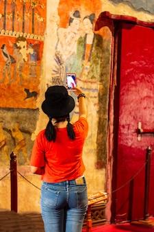 Wat phumin nan de beroemde muurschildering van een fluisterende man