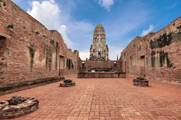 Wat rachaburana in het historische park van ayutthaya, de provincie ayutthaya, thailand. unesco wereld erfgoed