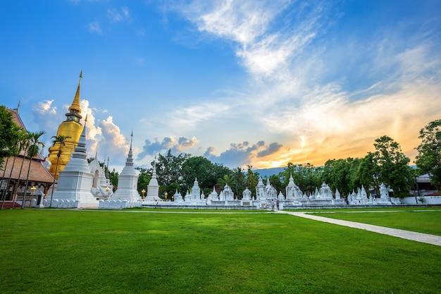 Wat suan dok is een boeddhistische tempel (wat) bij avondrood