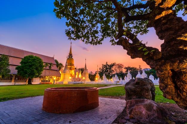Wat suan dok is een boeddhistische tempel (wat) bij zonsondergang en is een belangrijke toeristische attractie in chiang mai, noord-thailand.