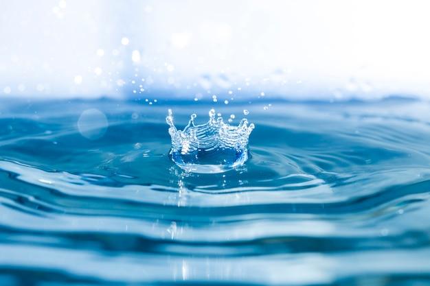 Water achtergrond met golven en druppel vallen