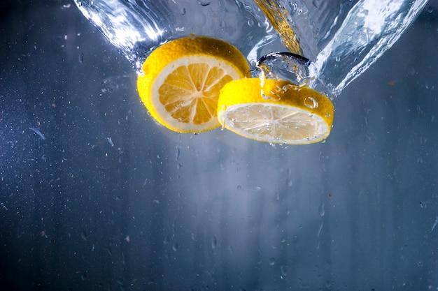 Water achtergrond met twee plakjes citroen