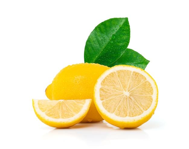 Water druppels verse citroen met bladeren geïsoleerd op een witte ruimte met uitknippad.