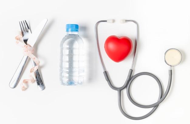 Water en stethoscoop met rood geïsoleerd hart