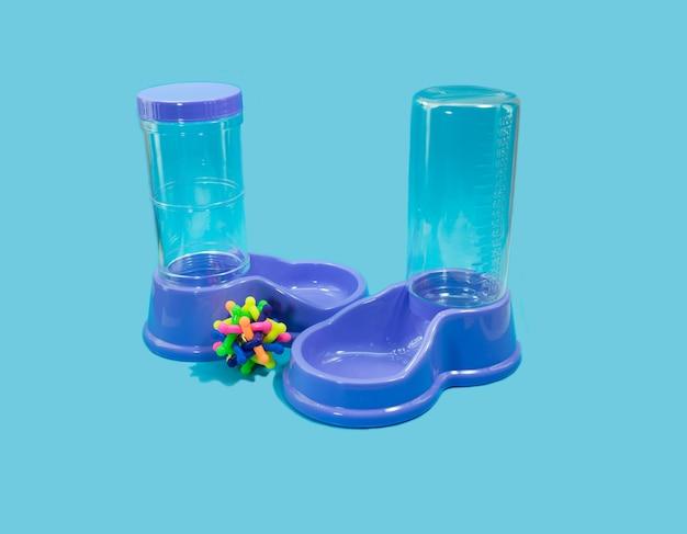 Water en voedselvoeder met rubber op blauwe achtergrond