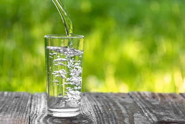 Water gegoten in een glas
