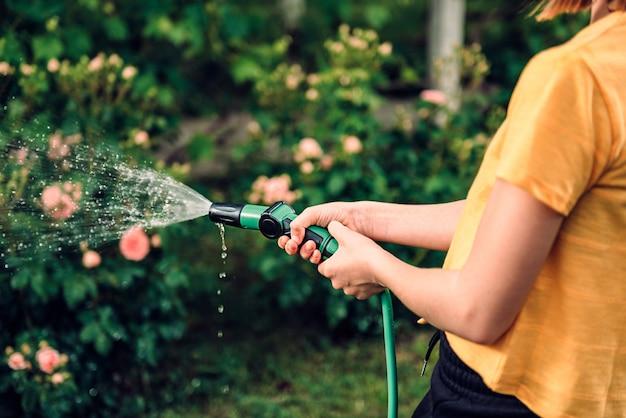 Water gevende tuin met slangsproeier