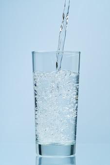 Water gieten. vers, schoon drinkwater in glas gieten.