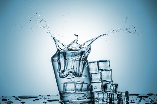 Water in glas met waterplons