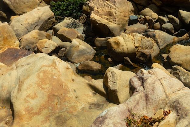 Water in het midden van de rotsen