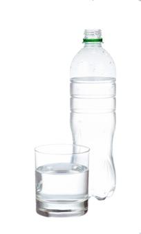 Water in plastic fles met glas dat op witte achtergrond wordt geïsoleerd